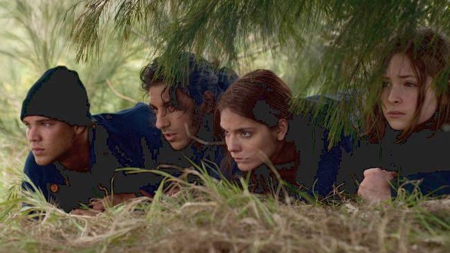 Müssen nach ein paar Tagen Campingurlaub im Outback feststellen, dass ohne Vorwarnung ein Krieg ausgebrochen ist: (v.l.n.r.) Kevin (Lincoln Lewis),... - Bildquelle: Splendid Film