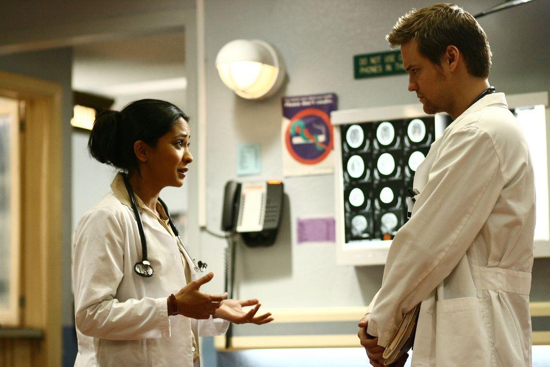 Geben alles um Leben zu retten: Neela (Parminder Nagra, l.) und Ray (Shane West, r.) ... - Bildquelle: Warner Bros. Television