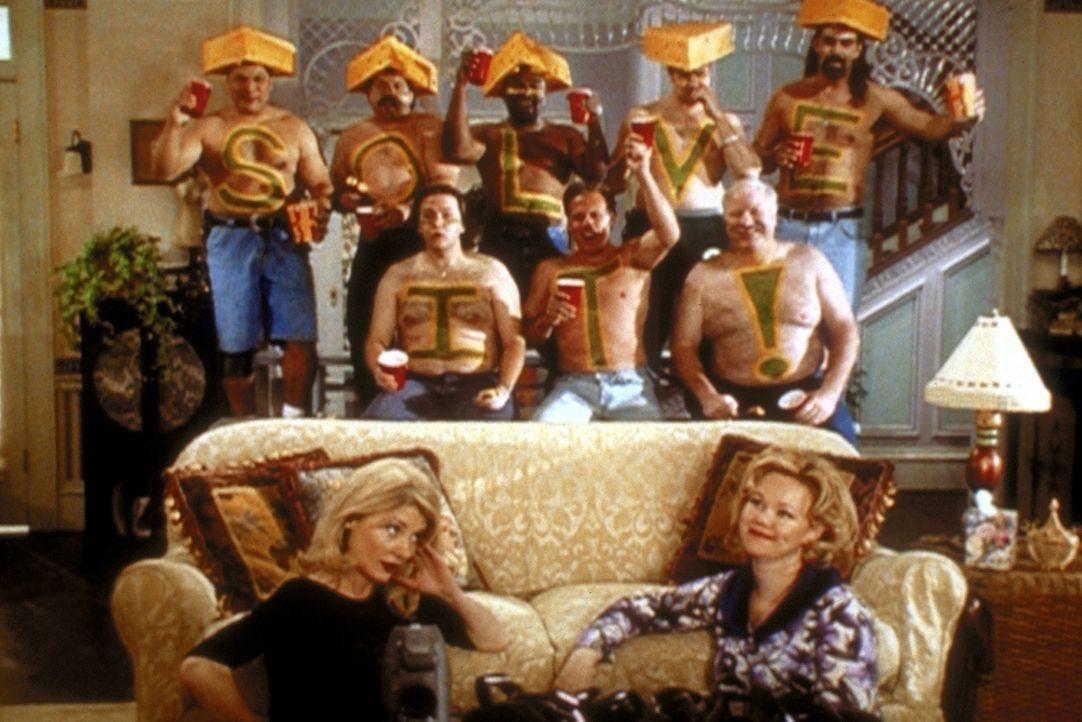 Sabrinas Tanten Zelda (Beth Broderick, vorne, l.) und Hilda (Caroline Rhea, vorne, r.) möchten ihr gerne helfen, das Familiengeheimnis zu lösen, l... - Bildquelle: Paramount Pictures