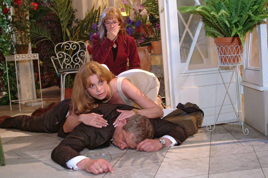 Schockiert muss Lisa (Alexandra Neldel, hinten) mit ansehen, wie Laura (Olivia Pascal, M.) um ihren Mann Friedrich (Wilhelm Manske, vorne), der zusa... - Bildquelle: Monika Schürle SAT.1 / Monika Schürle
