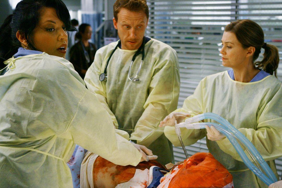 Ohne es zu ahnen, um wen es sich handelt, kämpfen Meredith (Ellen Pompeo, r.), Owen (Kevin McKidd, M.) und Callie (Sara Ramirez, l.) um das Leben d... - Bildquelle: Touchstone Television