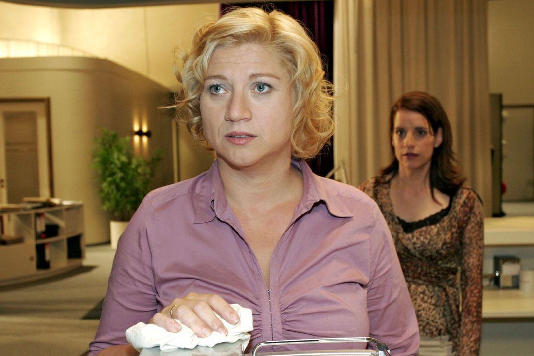 Von ihrer Freundin Inka (Stefanie Höner, r.) erhält die deprimierte Agnes (Susanne Szell, l.) Zuspruch. - Bildquelle: Noreen Flynn Sat.1