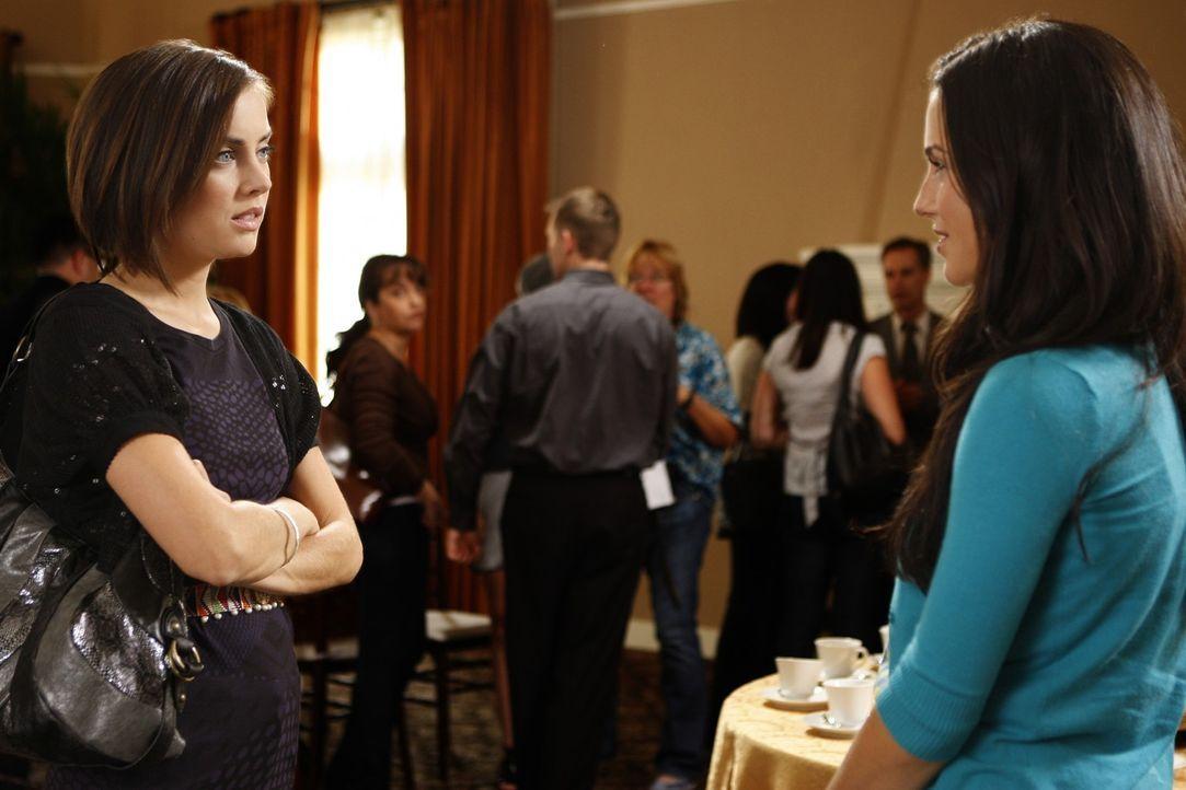 Um die Familie wieder zusammen zu führen, erzählt Adrianna (Jessica Lowndes, r.) Silver (Jessica Stroup, l.) von der Krankheit ihrer Mutter... - Bildquelle: TM &   CBS Studios Inc. All Rights Reserved