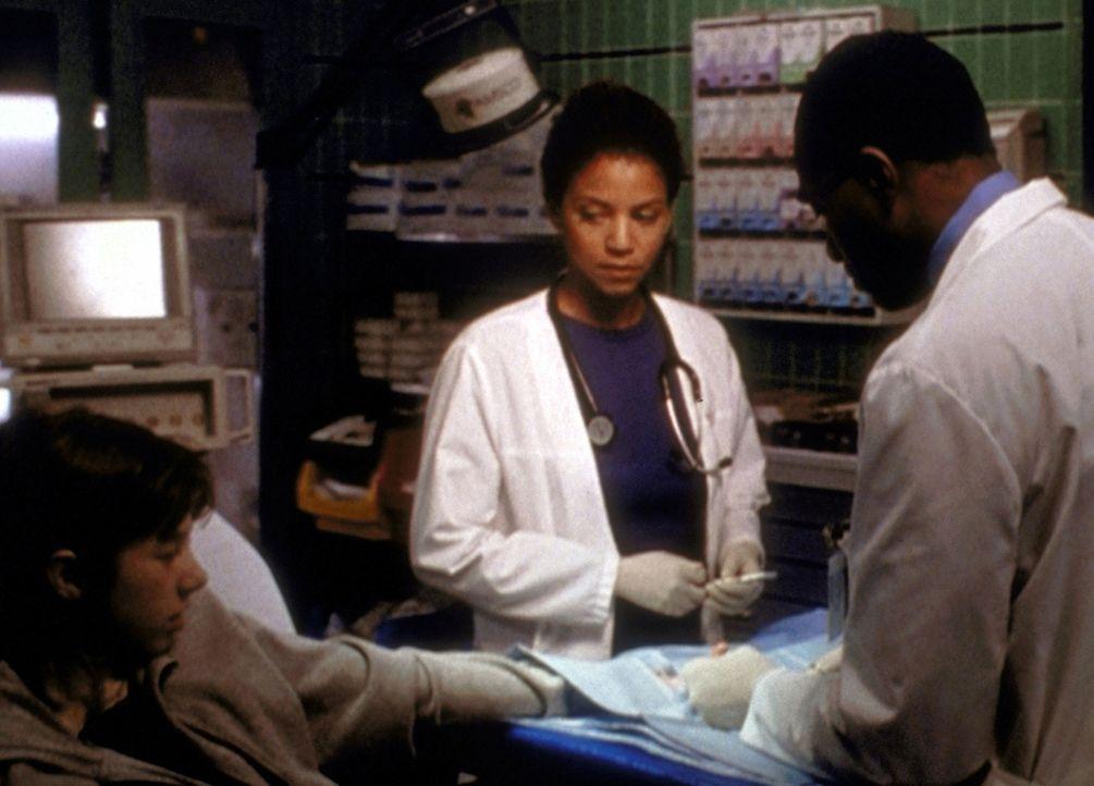 Jeanie (Gloria Reuben, M.) kann sich vorstellen, was in der kleinen Donna (Rachel Grat, l.) vor sich geht, die ihre Fingerkuppe verloren hat. - Bildquelle: TM+  2000 WARNER BROS.
