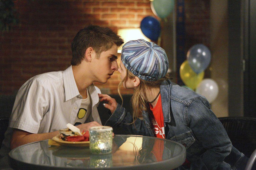 Liebe liegt in der Luft: Auch Josh (Jean-Luc Bilodeau, l.) und Andy (Magda Aponowicz, r.) nähern sich immer weiter an ... - Bildquelle: TOUCHSTONE TELEVISION
