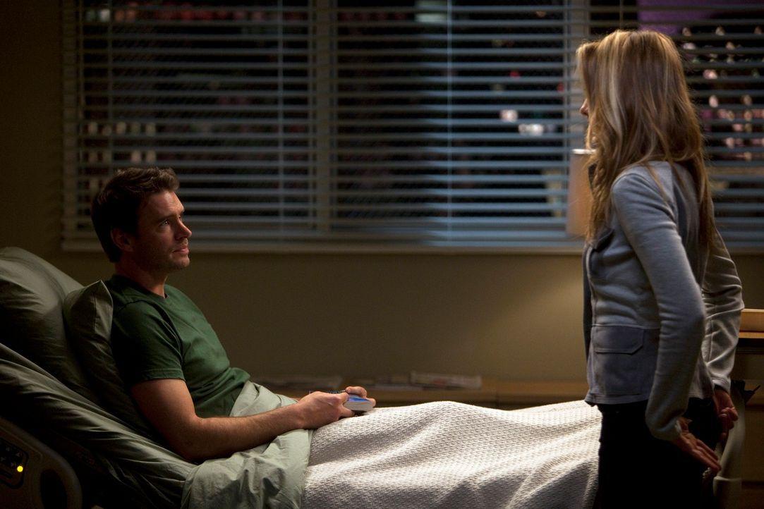 Henry (Scott Foley, l.) ist erstaunt, denn Teddy (Kim Raver, r.) trifft eine überraschende Entscheidung bezüglich ihres Liebeslebens - und ihrer Zuk... - Bildquelle: ABC Studios