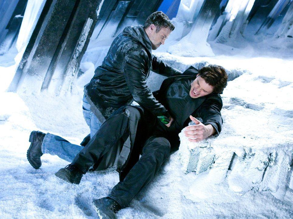 Der mutierte John (Brian Austin Green, l.) sieht Clark (Tom Welling, r.) als Gefahr an und sticht ihn mit einem aus Kryptonit gemachten Dolch. Das E... - Bildquelle: Warner Bros.