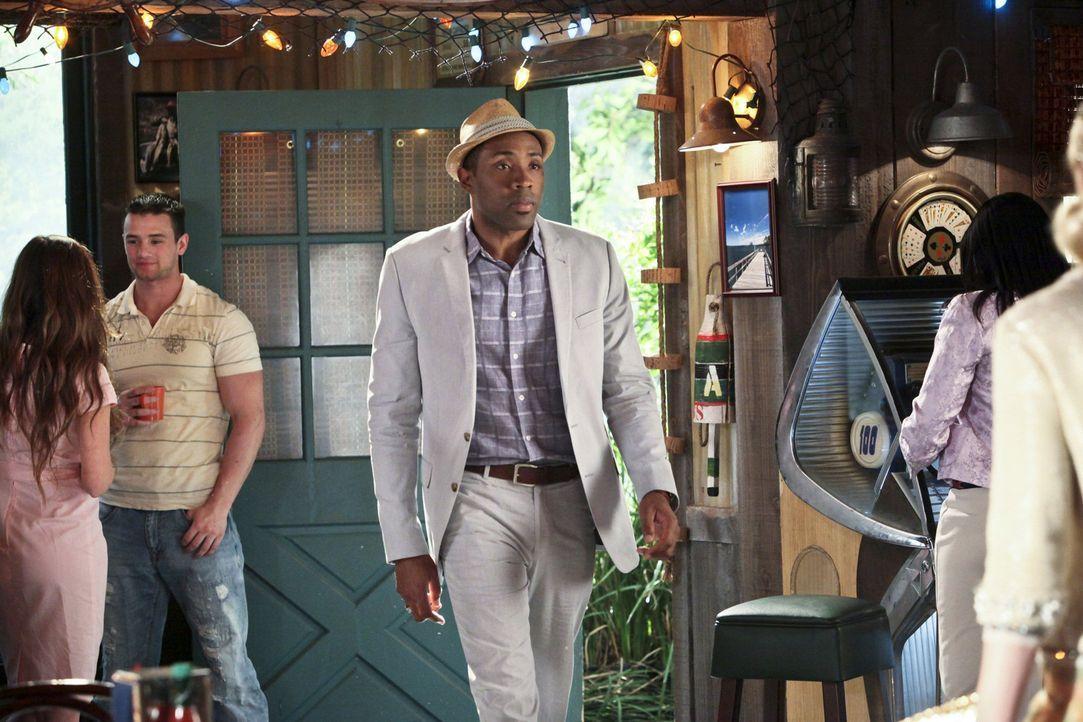 Lavon (Cress Williams, M.) findet die perfekten Räume für Wades Bar, aber dieser muss erst einmal die Bank überzeugen ... - Bildquelle: Warner Bros.