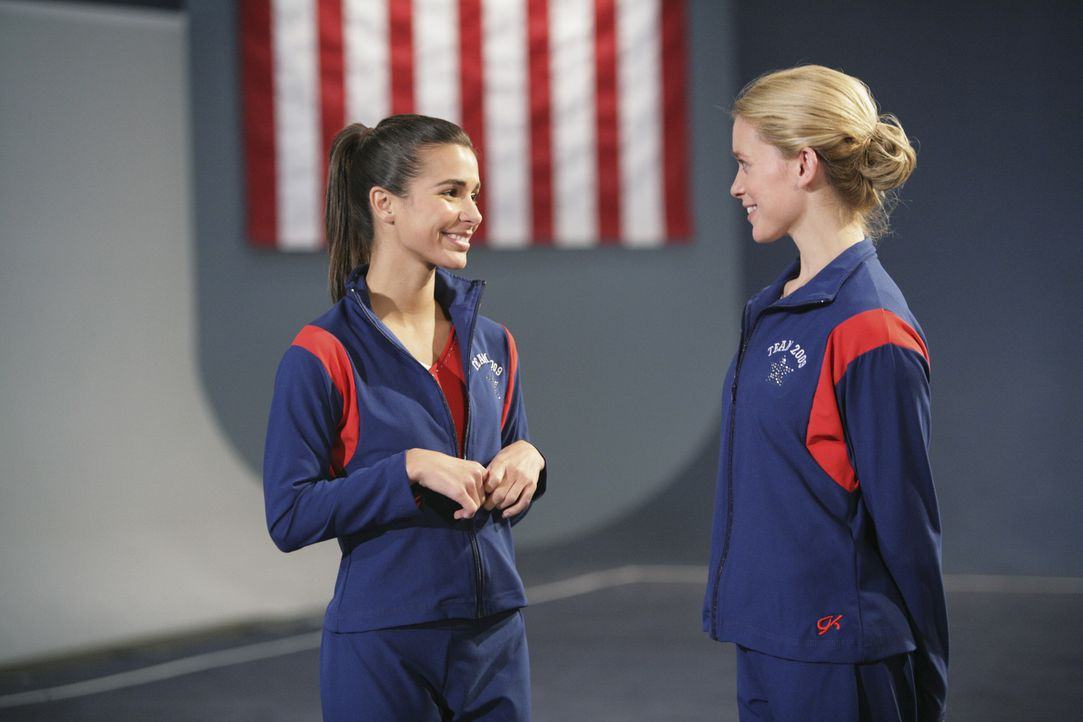 Courtney (Allison Caetano, r.) und Kaylie Cruz (Josie Loren, l.) schmieden Pläne, wie sie den neuen ungeliebten Trainer loswerden können ... - Bildquelle: 2009 DISNEY ENTERPRISES, INC. All rights reserved. 009 DISNEY ENTERPRISES, INC. All rights reserved.