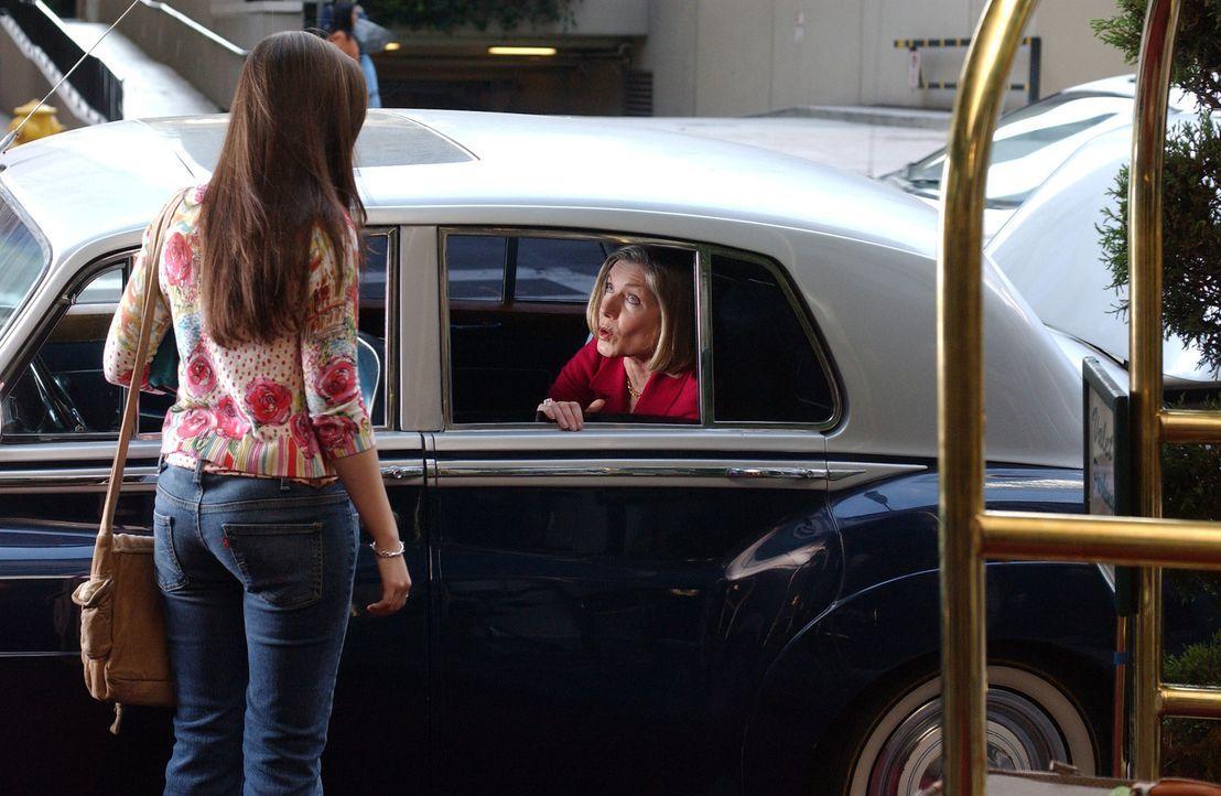 Durch Gott, der in Gestalt einer reichen Frau (Susan Sullivan, r.) an Joan (Amber Tamblyn, l.) herantritt, findet sie heraus, was sie ihrem Freund A... - Bildquelle: Sony Pictures Television