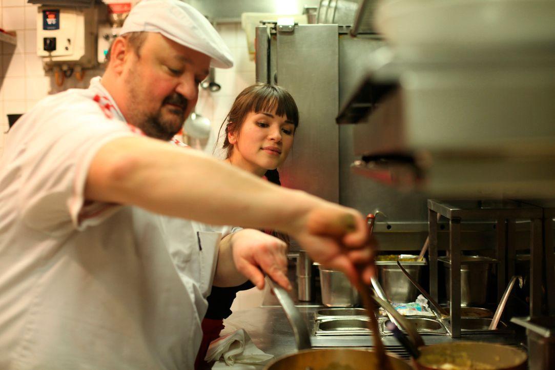 Als Pierre Saugrain (l.) ein Cassoulet zubereitet, schaut ihm Rachel Khoo (r.) begeistert über die Schulter ... - Bildquelle: Daniel Lucchesi Plum Pictures 2012