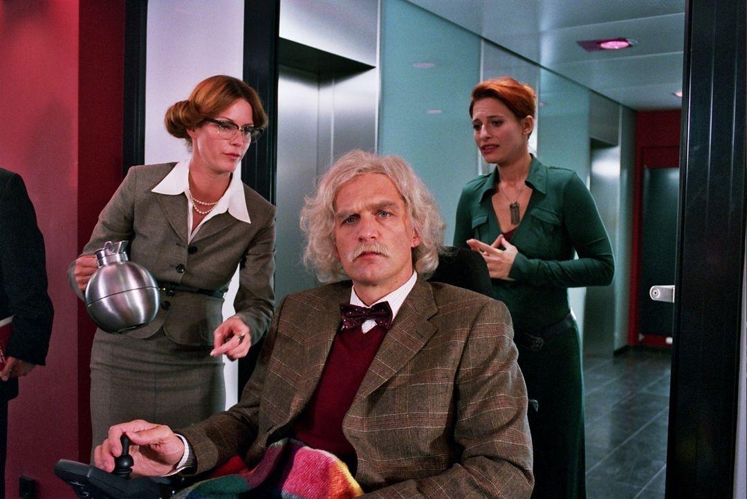 Getarnt als Schweizer Gutachter Professor Krieger, plant Max (Walter Sittler, M.) in den Besitz der David-Statuette zu gelangen. Sandra (Esther Schw... - Bildquelle: Sat.1