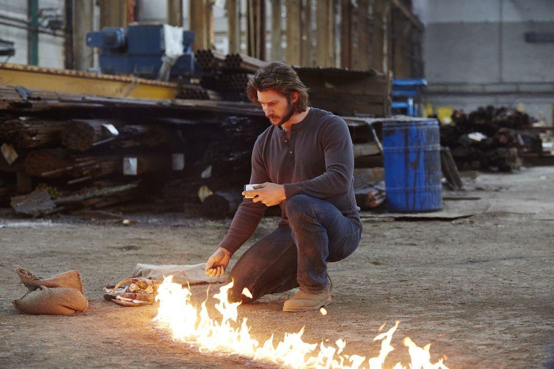 Im Körper von Clay (Greyston Holt) sorgt Aleister für einige Probleme ... - Bildquelle: 2015 She-Wolf Season 2 Productions Inc.