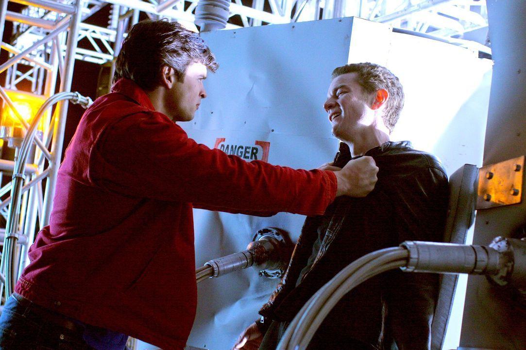 Brainiac (James Masters, r.) versucht auch, Chloe zu kontrollieren. Mit ihrer Meteoriten-Kraft kann sie ihn jedoch schwächen, was Clark (Tom Welling... - Bildquelle: Warner Bros.