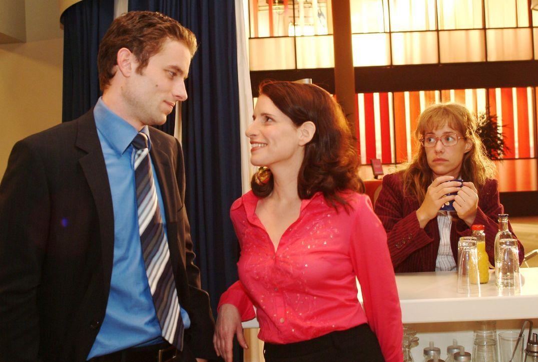Lisa (Alexandra Neldel, r.) ist es unangenehm, Max (Alexander Sternberg, l.) mit Inka (Stefanie Höner, M.) flirten zu sehen. (Dieses Foto von Alexan... - Bildquelle: Noreen Flynn SAT.1 / Noreen Flynn