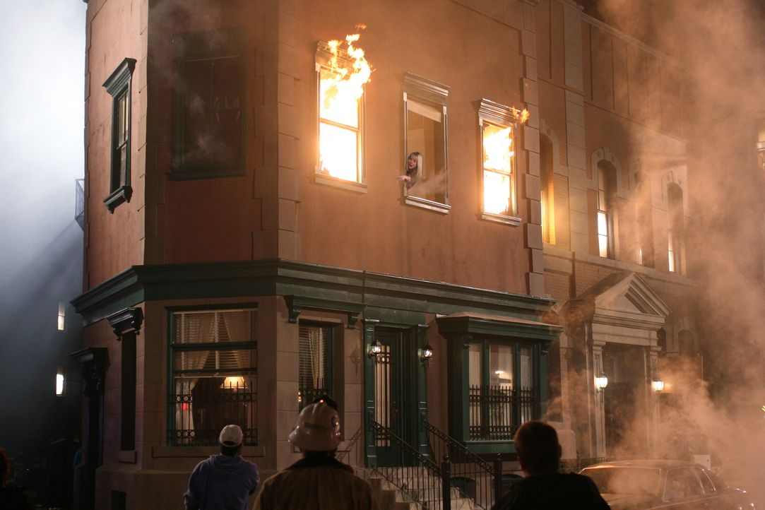 In der Wohnung von Ben, Sam und Alex ist ein Feuer ausgebrochen ... - Bildquelle: Warner Bros. Television