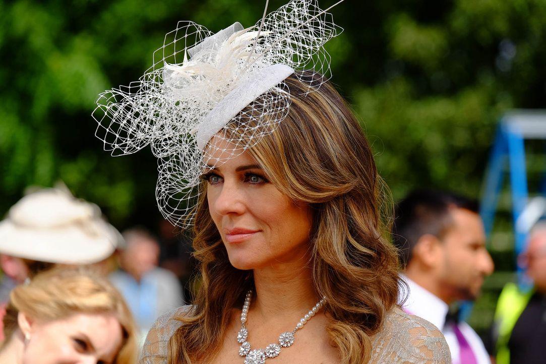 Königin Helena (Elizabeth Hurley) erfährt von einem Betrug, während König Cyrus alles nutzt, um sein Image als König zu stärken ... - Bildquelle: 2015 E! Entertainment Media LLC/Lions Gate Television Inc.