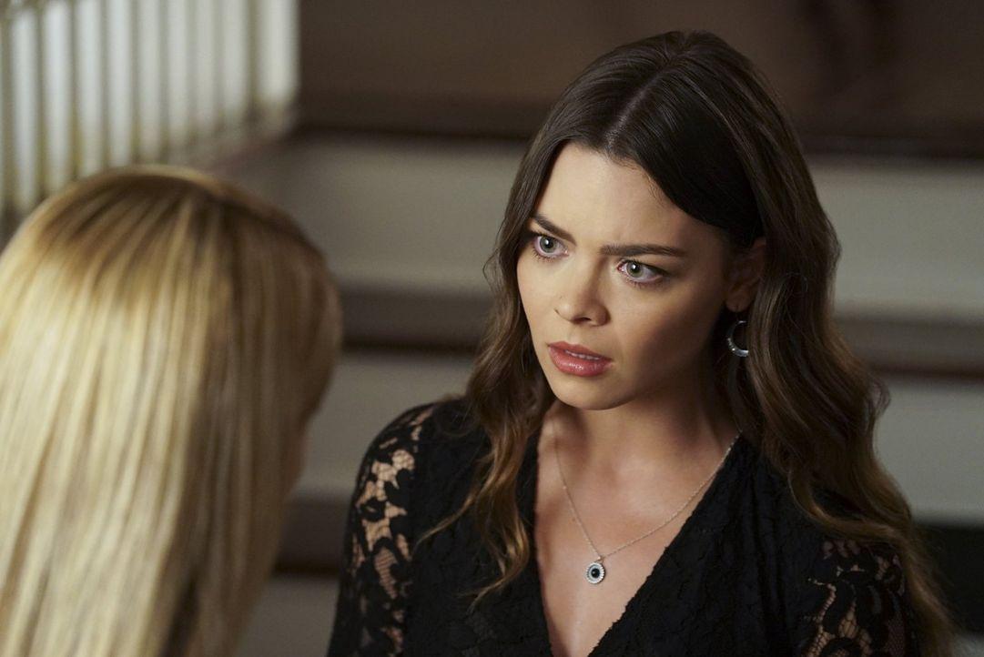 Während Caroline und Stefan mit der unerwarteten Schwangerschaft klarkommen müssen, hoffen Nora (Scarlett Byrne) und Mary Louise auf eine gebührende... - Bildquelle: Warner Bros. Entertainment Inc.