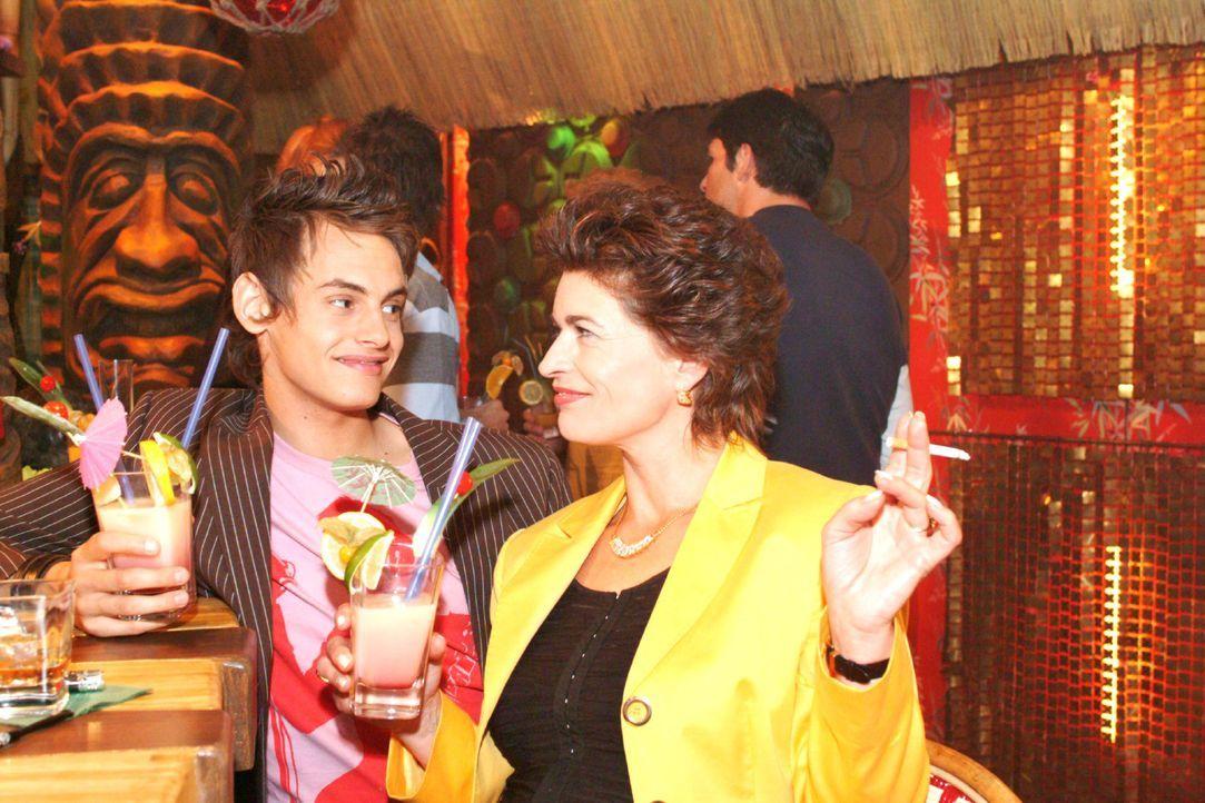 Sophie (Gabrielle Scharnitzky, r.) provoziert Alex (Shai Hoffmann, l.) und fordert ihn heraus. - Bildquelle: Monika Schürle SAT.1 / Monika Schürle