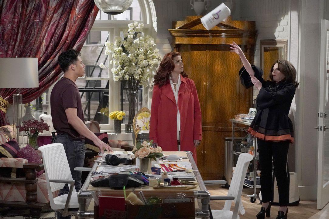 Grace (Debra Messing, M.) spricht ein Machtwort, damit Karen (Megan Mullally, r.) endlich aufhört, Tony (Anthony Ramos, l.) sexuell zu belästigen. N... - Bildquelle: Chris Haston 2017 NBCUniversal Media, LLC / Chris Haston