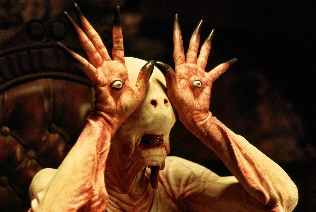 Auf ihrem Weg durch das Labyrinth kommt Ofélia an Pale Man (Doug Jones) vorbei, einem gesichtslosen Wesen, das unbeweglich an einem Tisch sitzt. Als... - Bildquelle: Telepool GmbH
