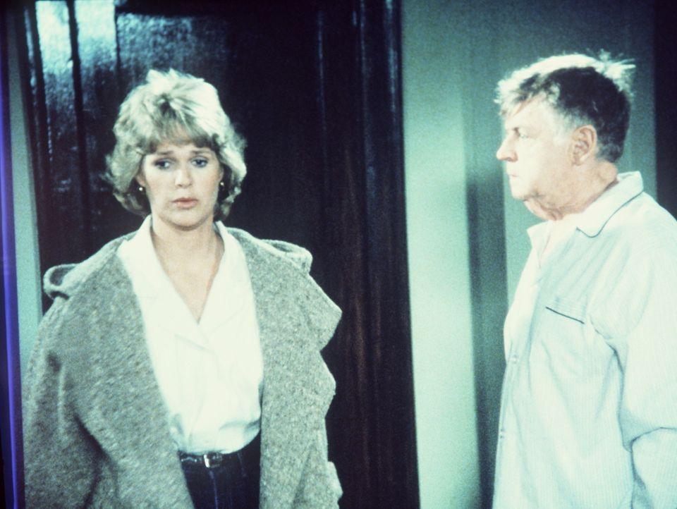 Charlie (Dick O'Neill, r.) tut sich schwer damit, dass seine Tochter (Sharon Gless) ein selbstständiges Leben führt. - Bildquelle: ORION PICTURES CORPORATION. ALL RIGHTS RESERVED.