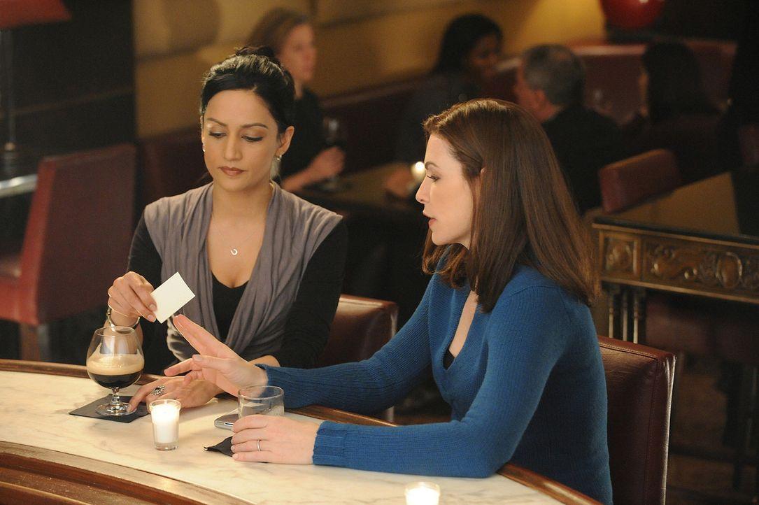 Ein neuer Fall beschäftigt Alicia (Julianna Margulies, r.) und Kalinda (Archie Panjabi, l.) ... - Bildquelle: CBS Studios Inc. All Rights Reserved.
