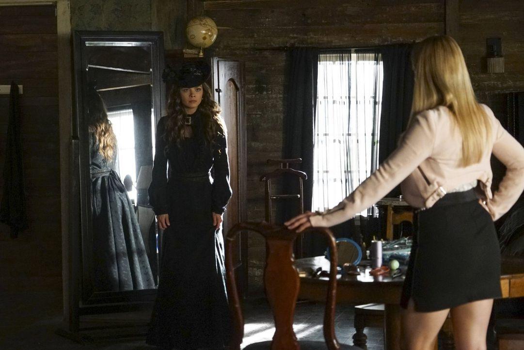 Nora (Scarlett Byrne, l.) und Mary Louise (Teressa Liane, r.) genießen es, die wehrlose Caroline zu foltern ... - Bildquelle: Warner Bros. Entertainment, Inc.