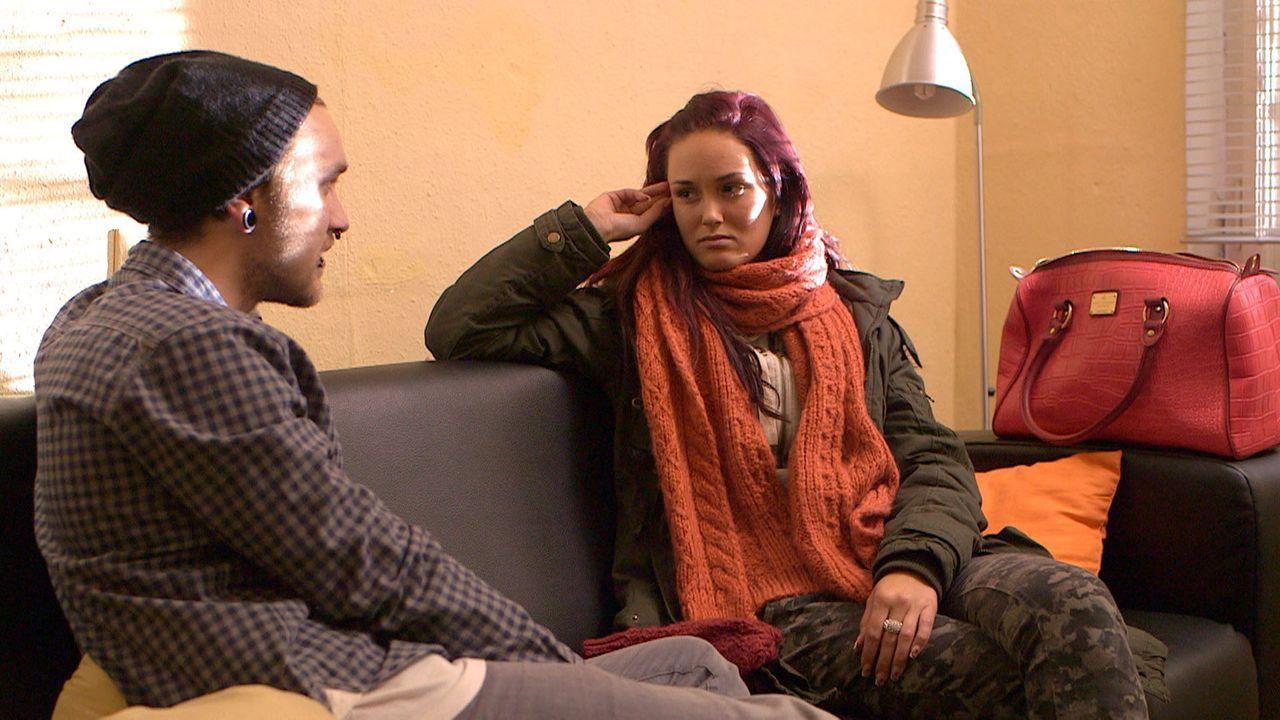 Während Michelle (r.) recherchiert, ob Stones (l.) Mutter tatsächlich gestorben ist, beziehen Jeremy und Rudi ein gemeinsames WG-Zimmer - und die... - Bildquelle: SAT.1