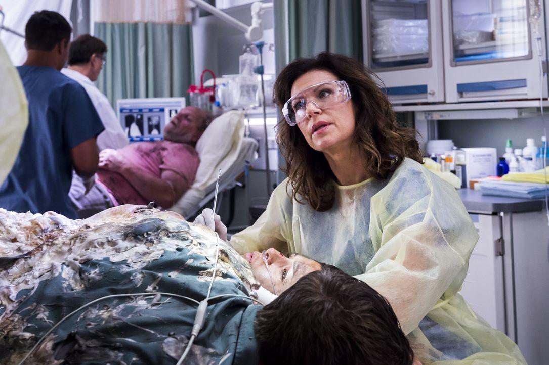 Während Dr. Kinney (Wendy Crewson) versucht, zwei Patienten voneinander zu lösen, die durch einen Isolierschaum aneinander gebunden sind, fahren Mag... - Bildquelle: Palmer Cipriano 2014 Hope Zee Three Inc.