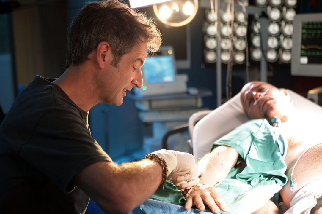 Muss seinen neuen Kollegen zeigen, was er drauf hat: Dr. Matt Proctor (Jeremy Northam, l.) ... - Bildquelle: Warner Brothers