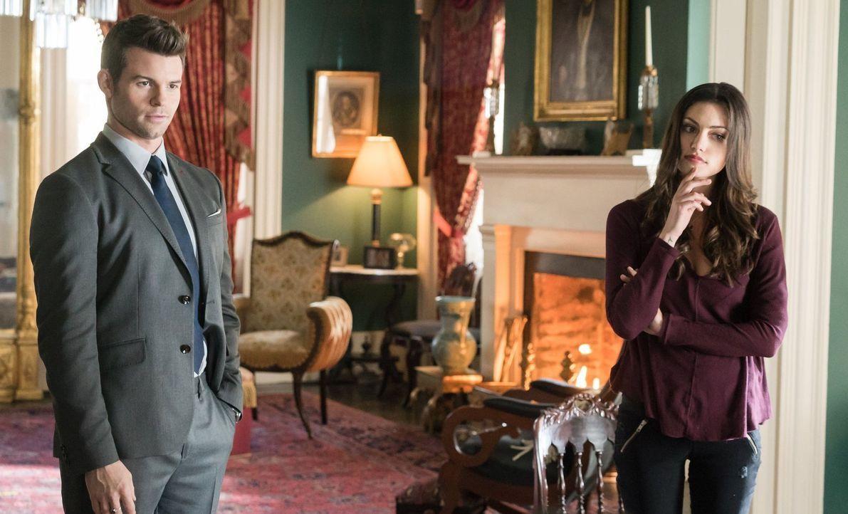 Elijah (Daniel Gillies, l.),  Hayley (Phoebe Tonkin, r.) und Klaus sind geschockt, als ihnen bewusst wird, vor welcher angeblichen Mikealson-Schwest... - Bildquelle: Warner Bros. Entertainment, Inc