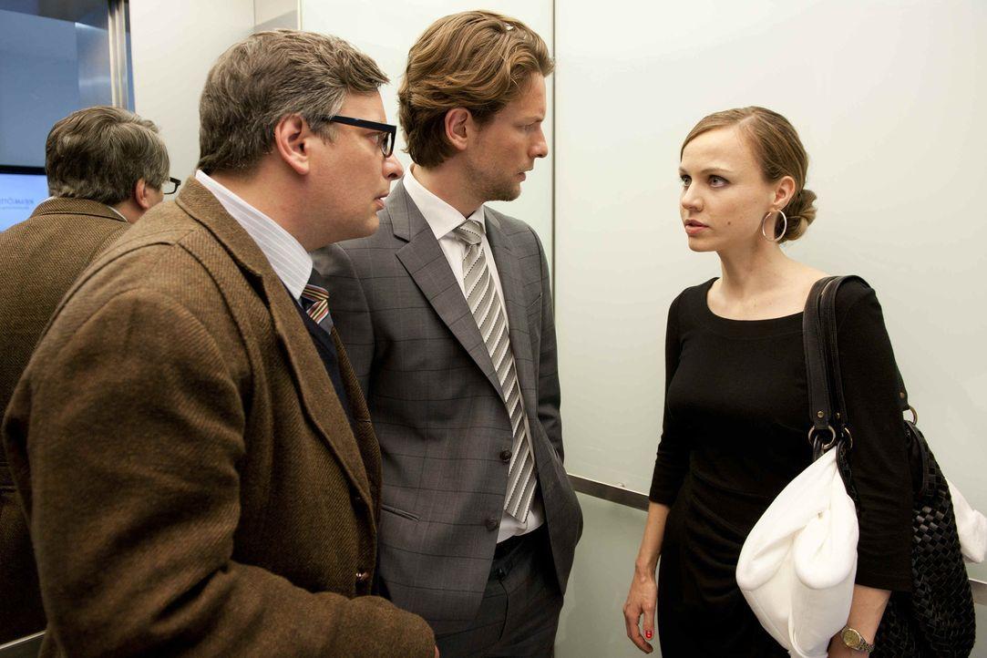 Kerstin (Nadja Becker, r.) sucht das Gespräch mit ihren Mitarbeitern Simon (Bert Tischendorf, M.) und Gregor (Rüdiger Klink, l.), denn nach der allj... - Bildquelle: SAT.1