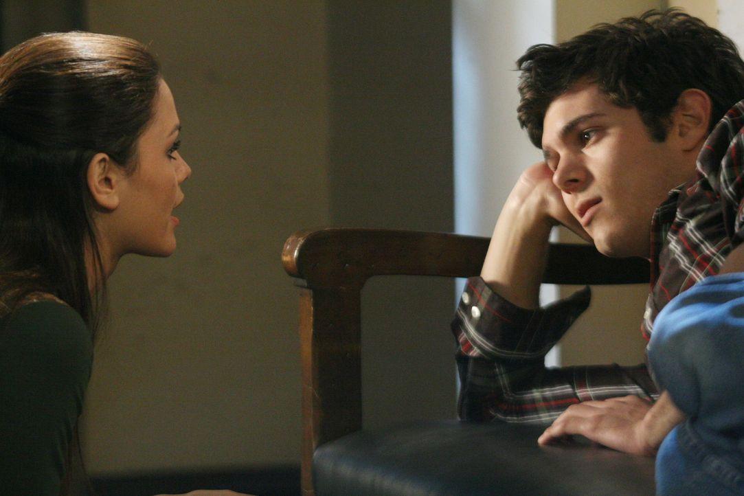 """Als Seth (Adam Brody, r.) Summer (Rachel Bilson, l.) in Providence besuchen kommt, steht er zu seiner großen Freude der """"alten"""" Summer gegenüber,... - Bildquelle: Warner Bros. Television"""