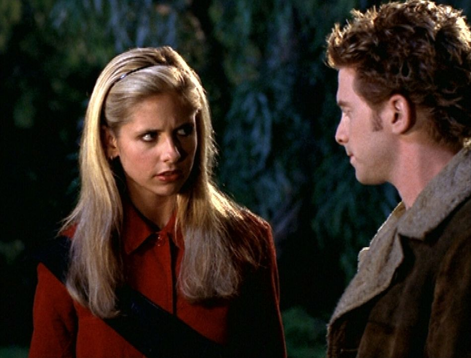 Buffy (Sarah Michelle Gellar, l.) berichtet Oz (Seth Green, r.) von seltsamen Dingen ... - Bildquelle: TM +   2000 Twentieth Century Fox Film Corporation. All Rights Reserved.
