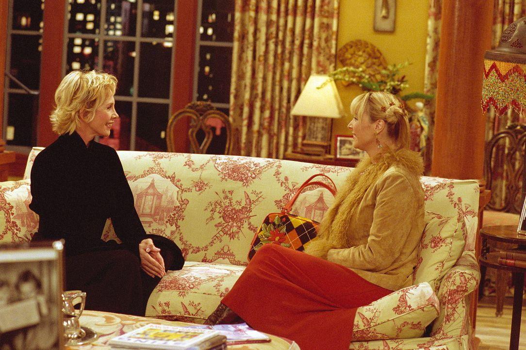 Phoebe (Lisa Kudrow, r.) versucht, sich bei der Ehefrau von Sting (Trudie Styler, l.) anzubiedern, um noch Karten für ein Konzert des Sängers zu b... - Bildquelle: TM+  WARNER BROS.
