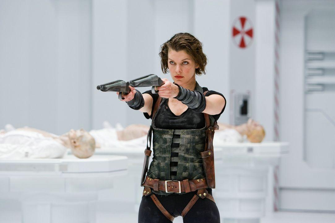 """Voller Entsetzen stellt Alice (Milla Jovovich) fest, was es wirklich mit dem """"Arcardia"""" auf sich hat ... - Bildquelle: Constantin Film Verleih GmbH"""