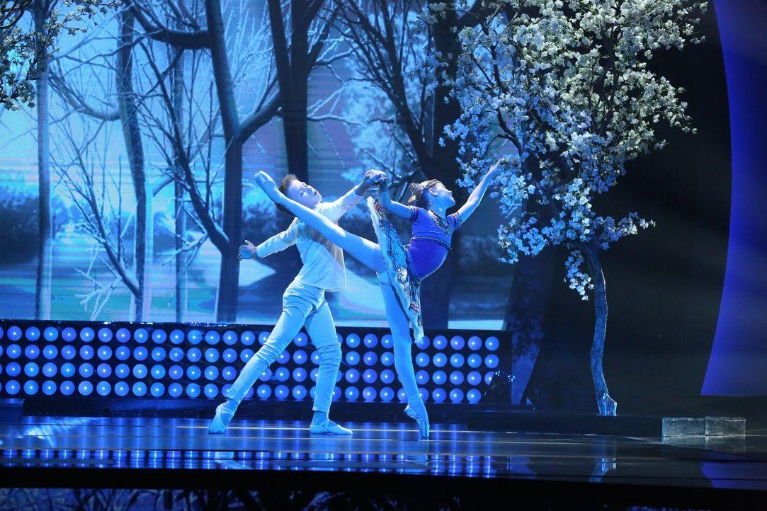 Die beiden Balletttänzer Avery (r.) und Joziah (l.) lieben diese Art des Tanzes und verzaubern mit ihrem Auftritt das Publikum ... - Bildquelle: Warner Bros.
