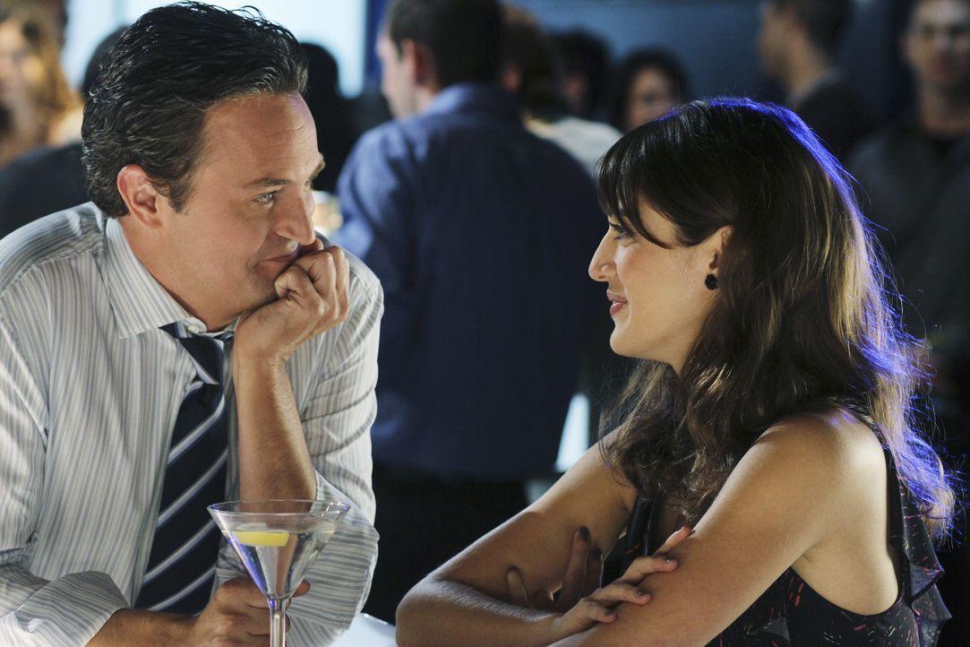 Ben (Matthew Perry, l.) lernt in einer Bar eine Frau namens Vivian (Lizzy Caplan, r.) kennen. Zwischen den beiden knistert es sofort, und sie schein... - Bildquelle: Sony Pictures Television Inc. All Rights Reserved.