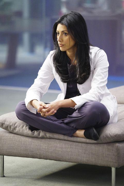 Eigentlich war sich Talaikha (Reshma Shetty) sehr sicher, dass ihre Behandlungsmethode der Sängerin Georgia Ray schnell helfen wird, doch dann kommt... - Bildquelle: Sonja Flemming 2016 CBS Broadcasting, Inc. All Rights Reserved