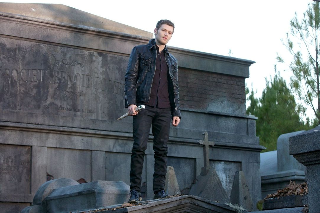 Eigentlich ist Klaus (Joseph Morgan) sich sicher, dass entweder nur er oder nur seine Schwester diesen Friedhof lebend verlassen werden ... - Bildquelle: Warner Bros. Television