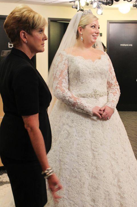 Loris (l.) Sohn heiratet und beim Einkleiden der Braut Becca (r.) ist Lori natürlich sofort Feuer und Flamme ... - Bildquelle: TLC & Discovery Communications