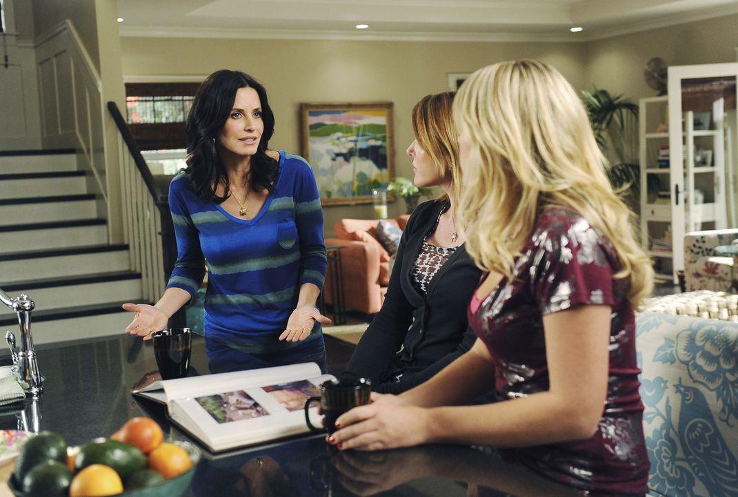 Jules (Courteney Cox, l.) erklärt ihren Freundinnen Ellie (Christa Miller, M.) und Laurie (Busy Philipps, r.), mit welchen besonderen Methoden sie... - Bildquelle: 2009 ABC INC.