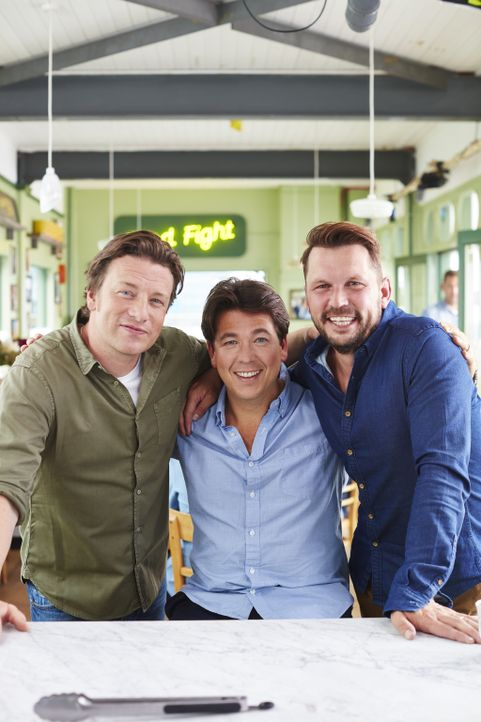 (v.l.n.r.) Jamie Oliver, Michael McIntyre, Jimmy Doherty - Bildquelle: David Loftus 2016 Jamie Oliver Enterprises Limited/David Loftus