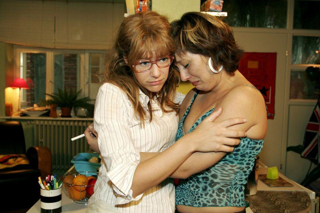 Bei Lisa (Alexandra Neldel, l.) lässt Yvonne (Bärbel Schleker, r.) ihrem Frust und ihren Tränen freien Lauf. (Dieses Foto von Alexandra Neldel da... - Bildquelle: Sat.1