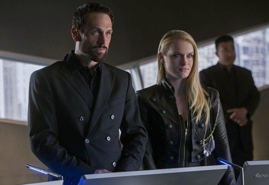 Verfolgen Natalie (Leven Rambin, r.) und der Gründer (Simon Merrells, l.) die gleichen Ziele? - Bildquelle: Warner Bros. Entertainment, Inc