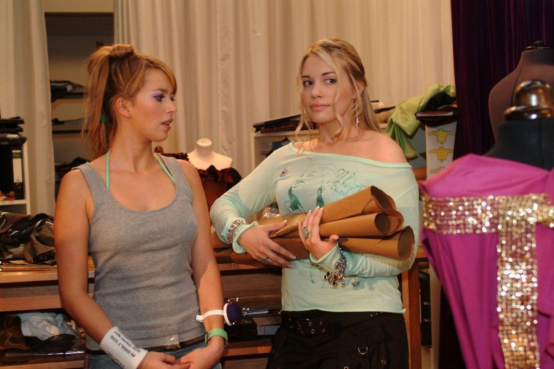 Hannah (Laura Osswald, l.) erkundigt sich bei Kim (Lara-Isabelle Rentinck, r.), wie es ihr und Timo geht. Kim überlegt, was sie tun kann, um ihre F... - Bildquelle: Sat.1