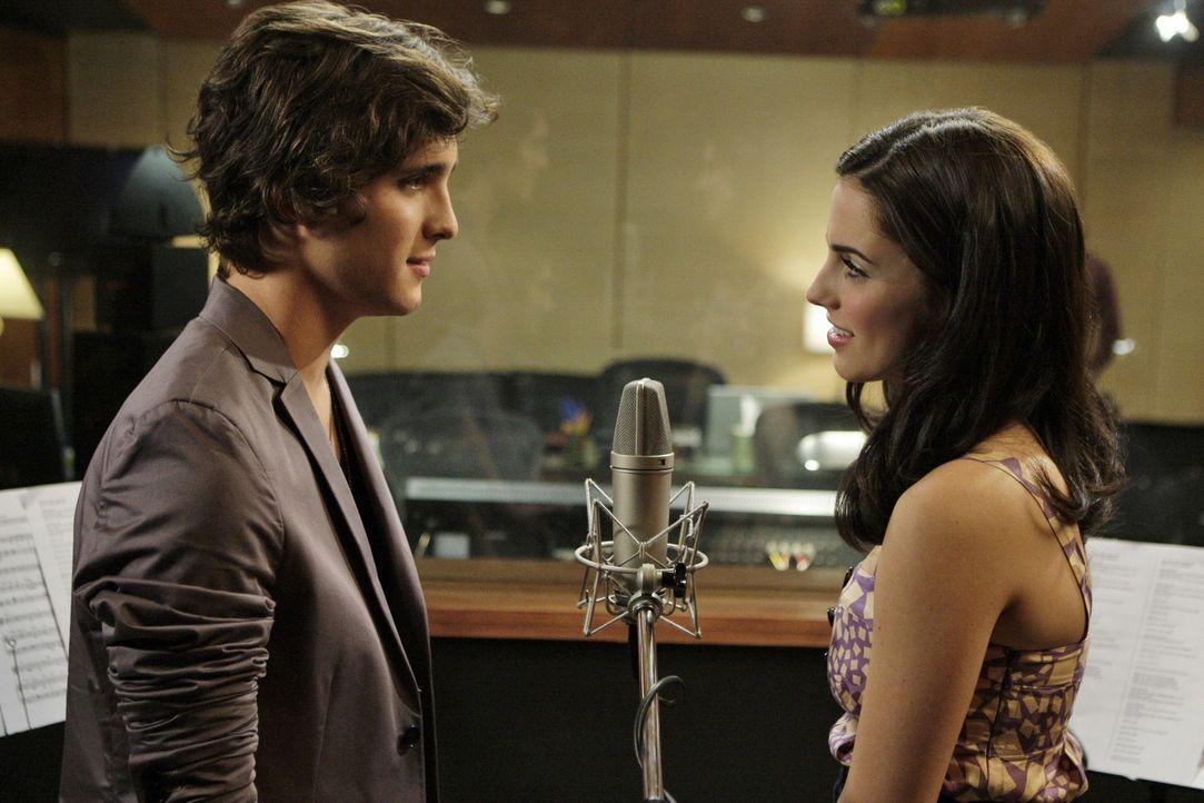 Nicht nur ihre Stimmen harmonieren sehr gut zusammen... (v.l.n.r.: Javier - Diego Boneta, Adrianna - Jessica Lowndes) - Bildquelle: TM &   CBS Studios Inc. All Rights Reserved