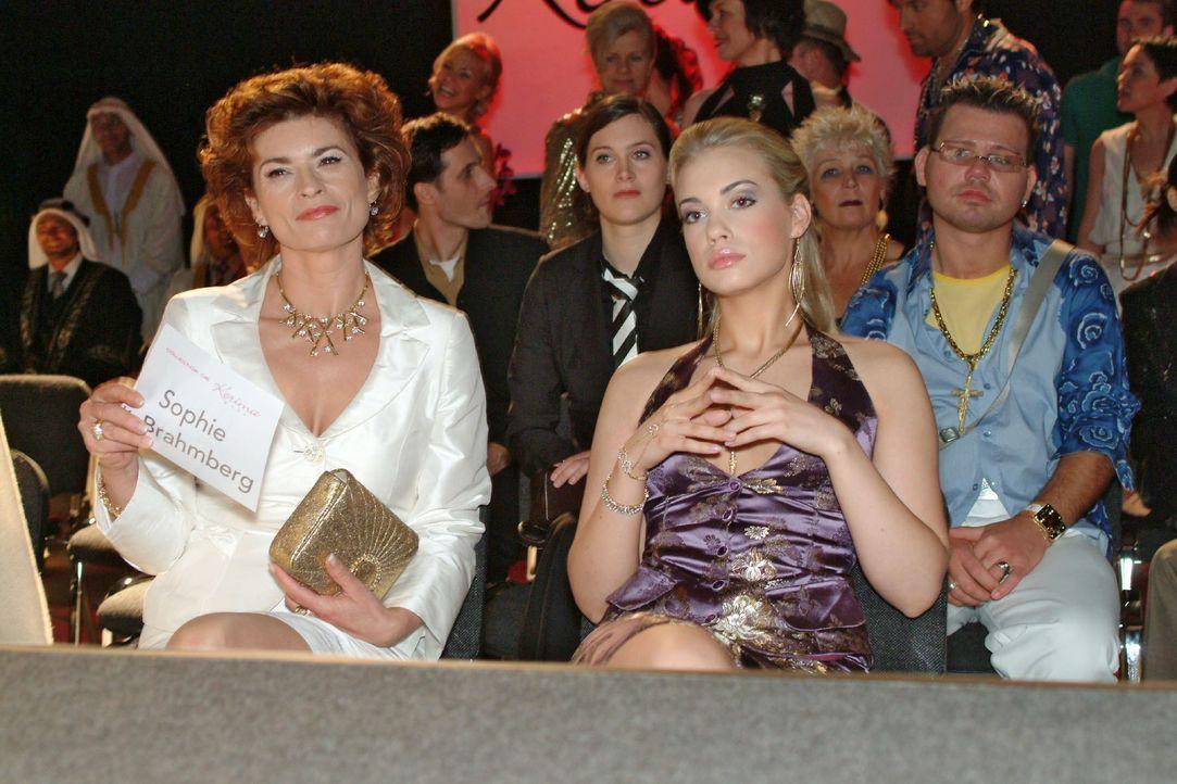 Sophie (Gabrielle Scharnitzky, l.) und Kim (Lara-Isabelle Rentinck, r.) warten gespannt auf die Präsentation. - Bildquelle: Monika Schürle SAT.1 / Monika Schürle