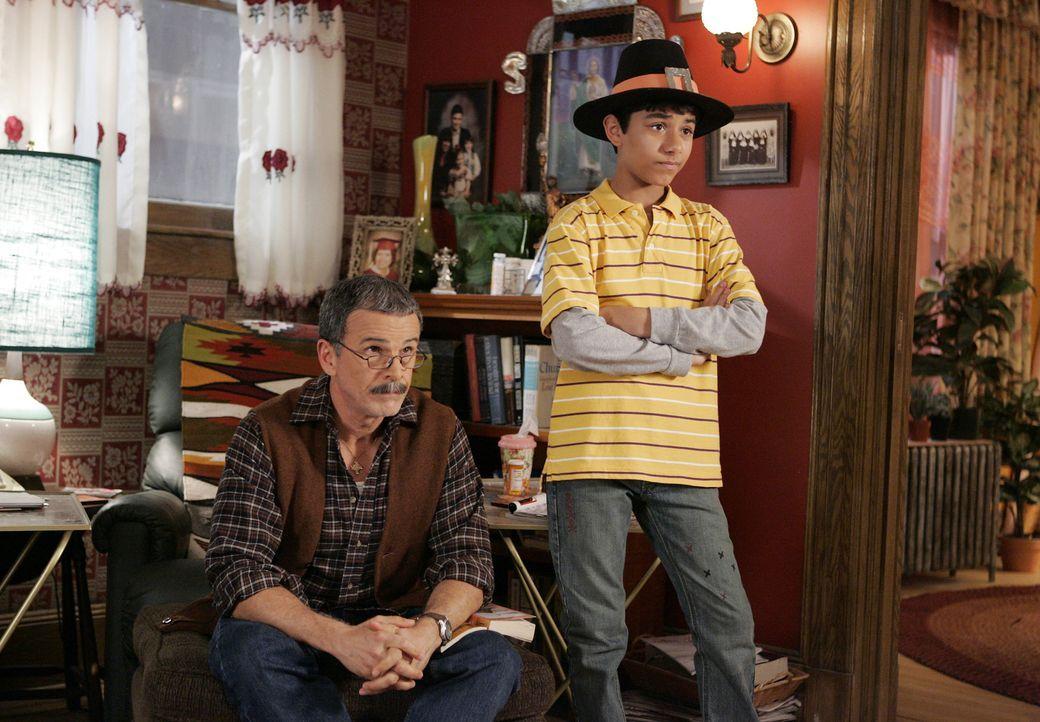 Sind enttäuscht von Betty, da sie zu Thanksgiving viel zu spät nach hause kommt: Ignacio (Tony Plana, l.) und Justin (Mark Indelicato, r.) ... - Bildquelle: Buena Vista International Television
